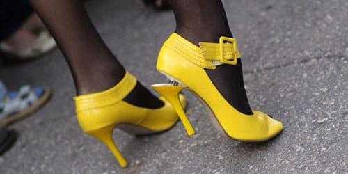 Желтые туфли с отклеившимся каблуком фото