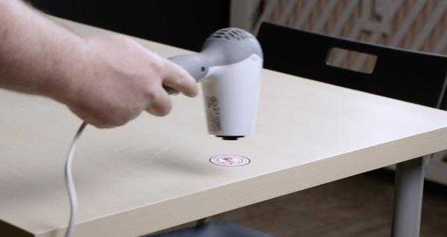 Нагревание запачканного участка сушилкой фото