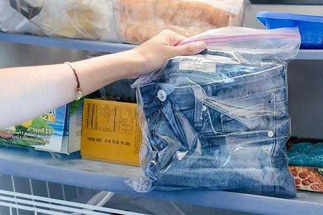 Складываем джинсы в пакетик и кладем в морозильную камеру
