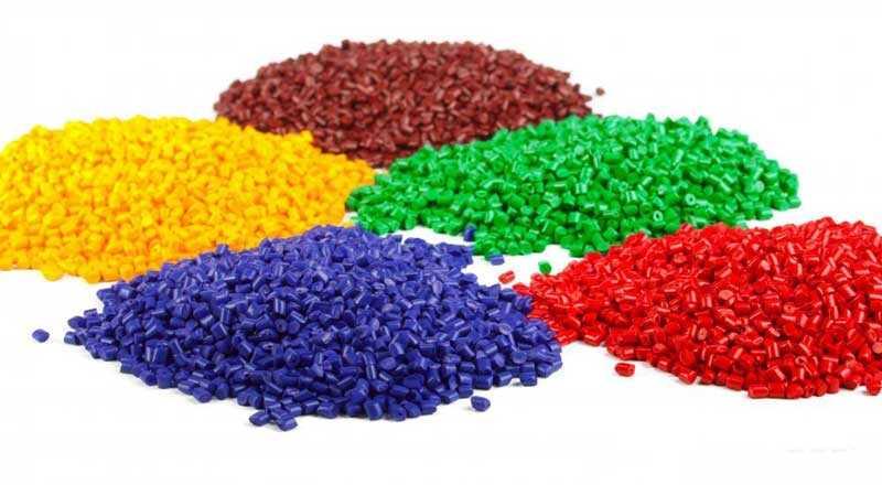 Разноцветные гранулы пластикового материала фото