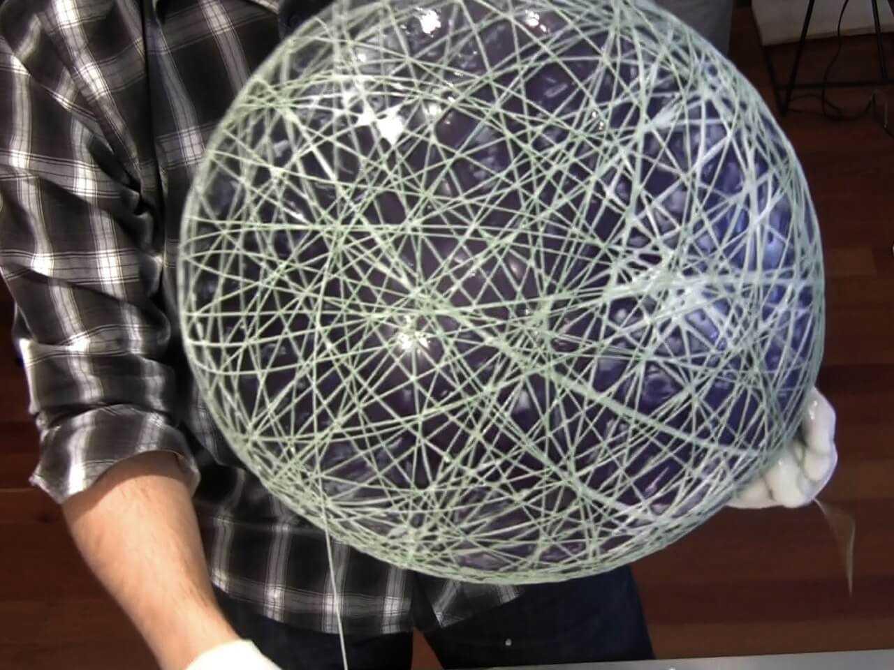 Большой и обмотанный нитями латексный шарик фото