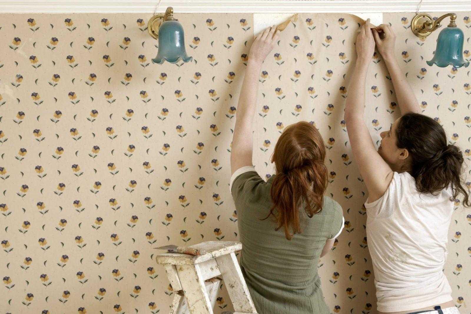 Две девушки проводят облицовку комнаты фото