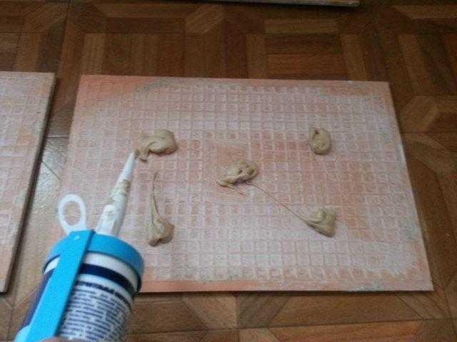 Нанесение клея на кафель в шахматном порядке фото
