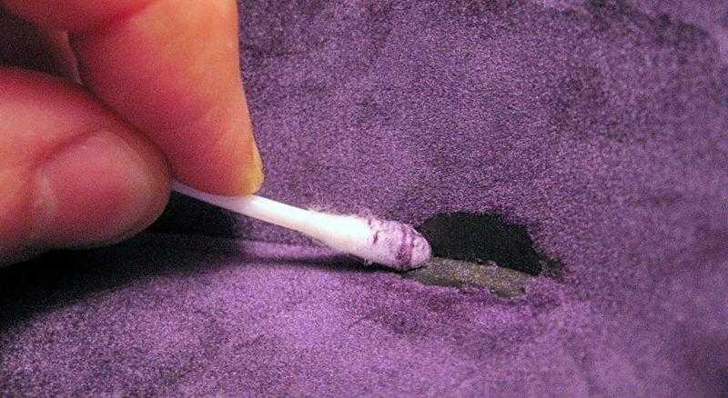 Обрабатываем поверхность изделия ватной палочкой в растворе фото