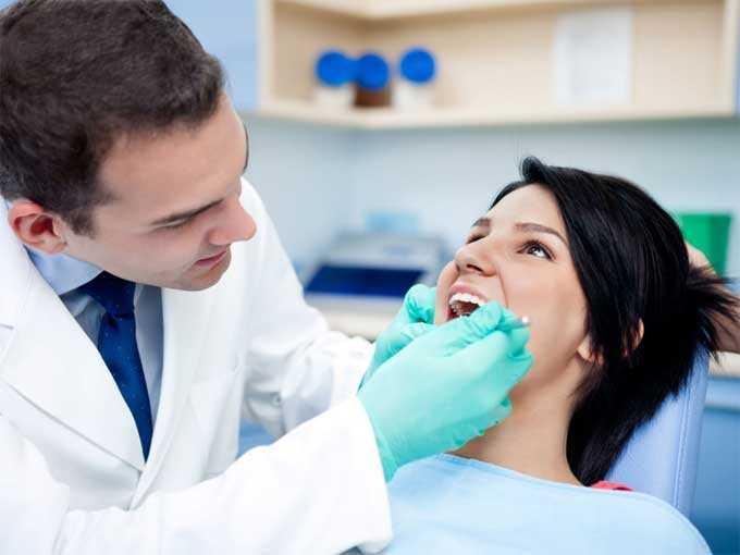 Женщина на приеме у стоматолога фото