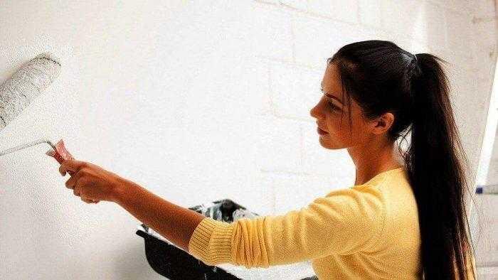 Девушка проводит ремонт квартиры