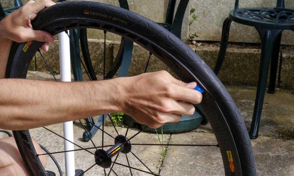 Снятие шины с колеса велосипедного транспорта