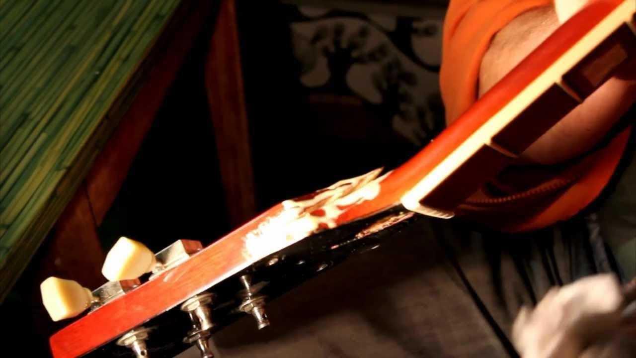 Сломан гриф музыкального инструмента фото