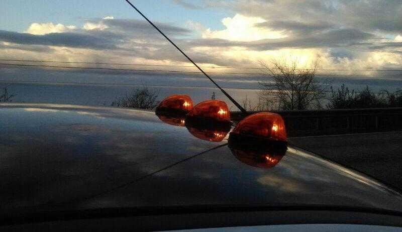 Автопоезд на фоне моря фото