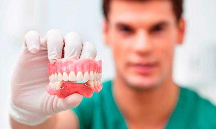 Протезное устройство для замены отсутствующих зубов фото