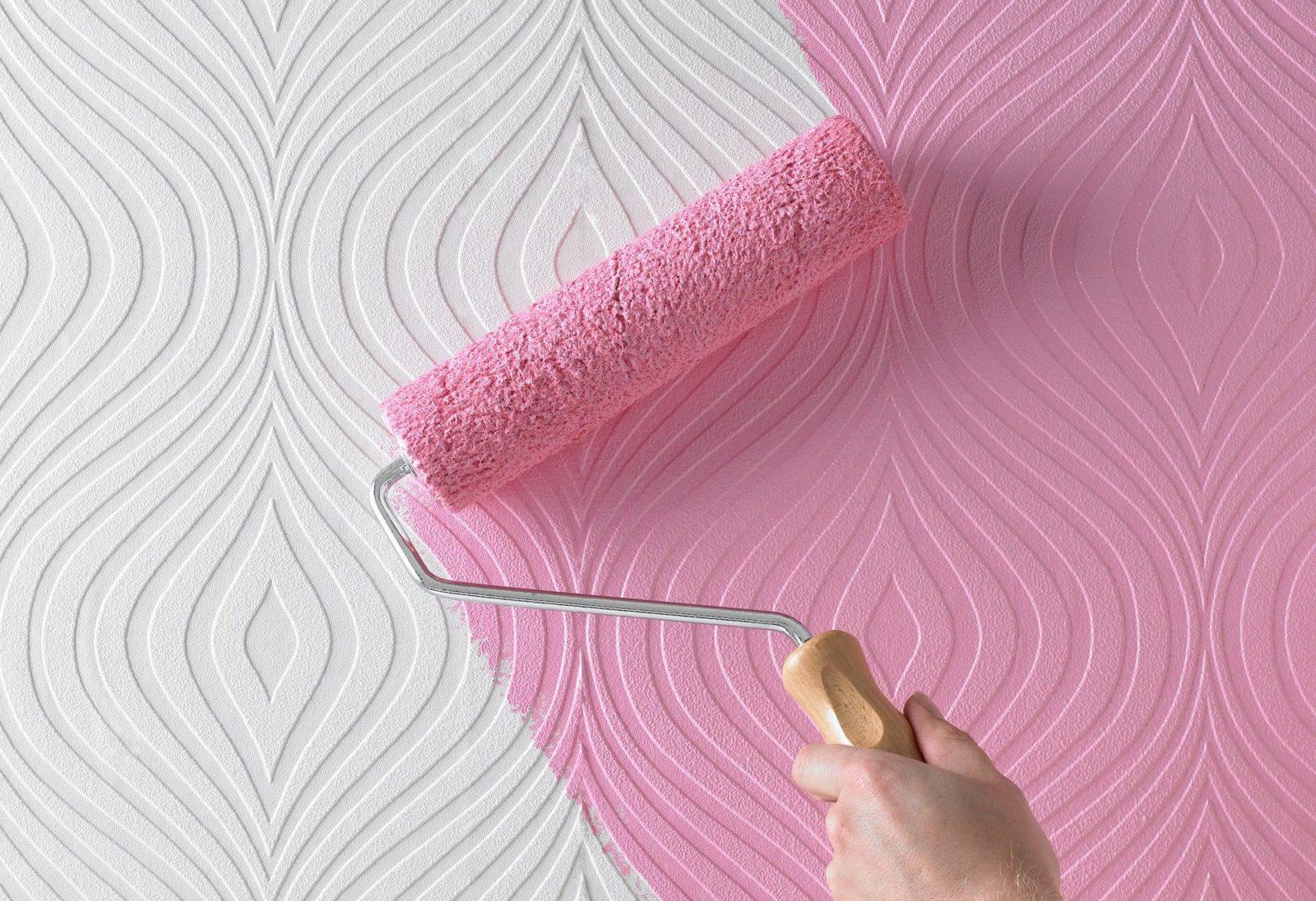 Процесс покраски стекловолокнистых обоев с помощью валика