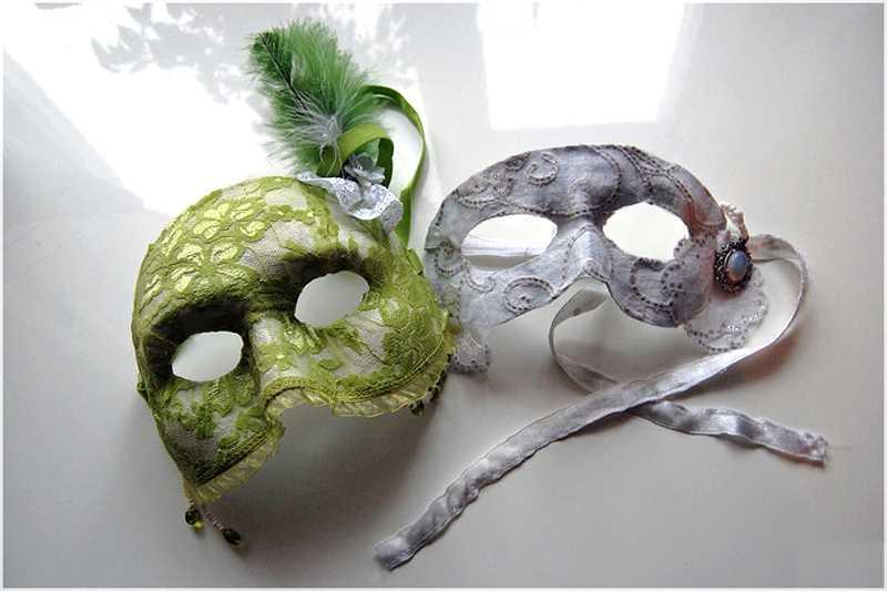 Две самодельные венецианские маски фото