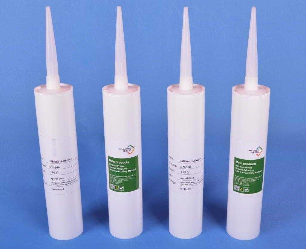 Четыре вида клеев-герметиков в упаковке