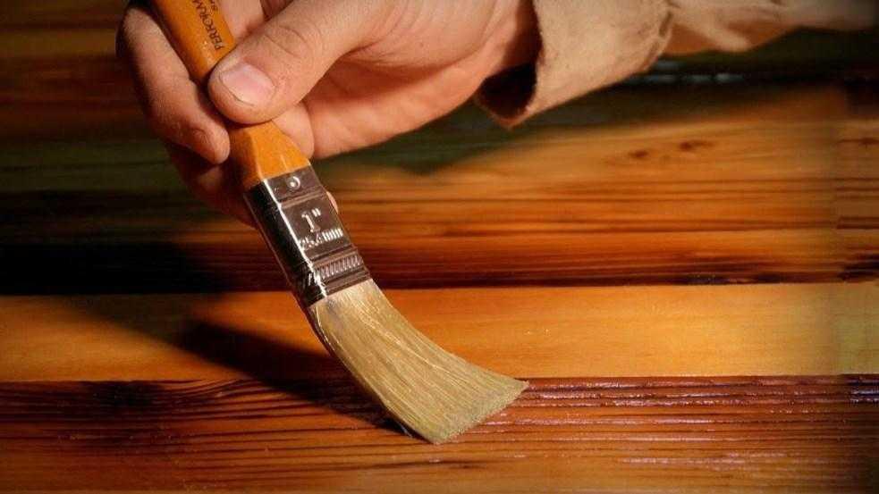 Финальное покрытие древесины клеем