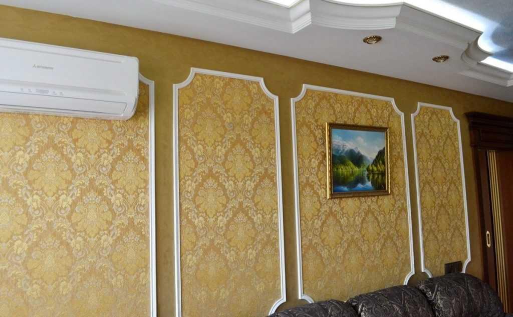 Обрамление винтажных обоев на стене