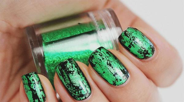 Оформление ногтей переводной фольгой зеленого цвета