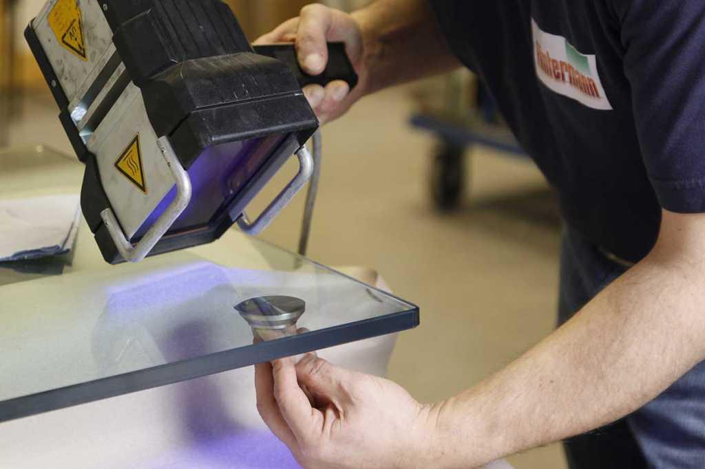 Полимеризация клея УФ лампой для наклеивания металла на стекло