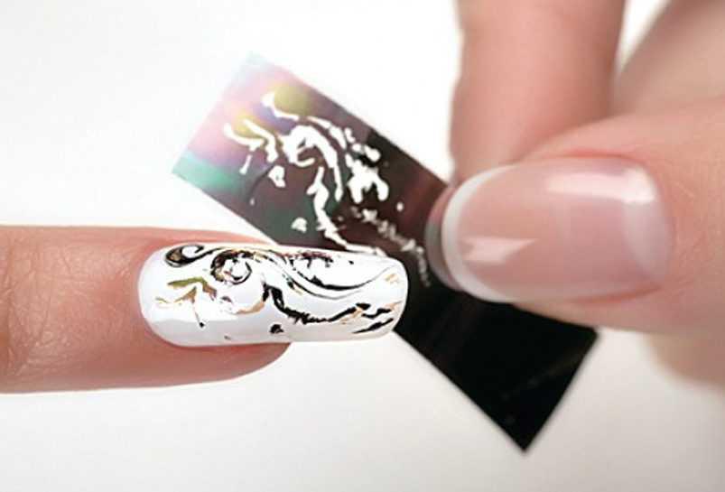 Делаем маникюр методом тиснения фольгированным листом