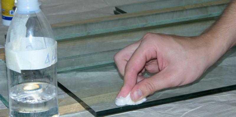 Очистка стеклянной поверхности от клеевых остатков
