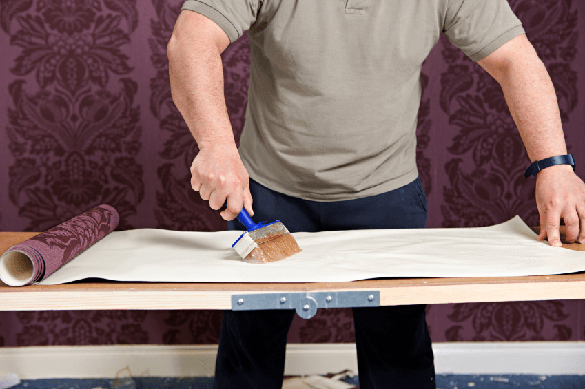 Промазывание обойных листов для оклейки стен