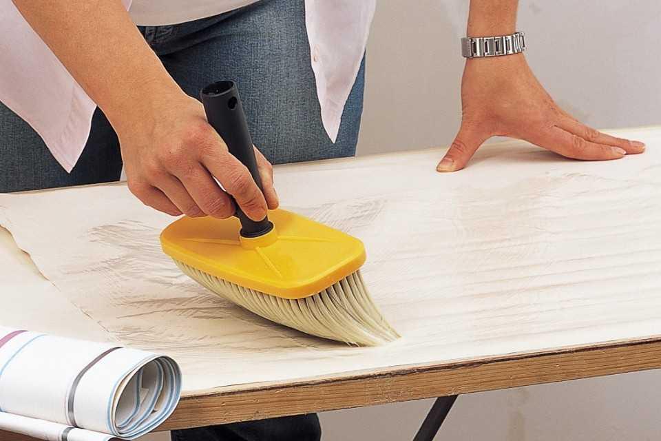 Нанесение клеящей смеси на обойное полотно
