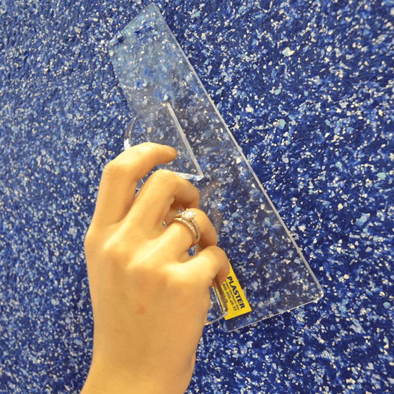 Отделка стены прозрачной пластиковой кельмой