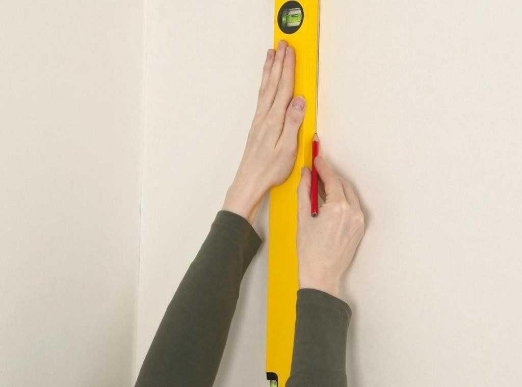 Разметка стеновой поверхности перед оклеиванием обоями