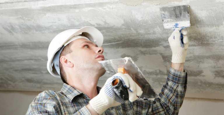 Выравнивание поверхности перед поклейкой потолочных плит