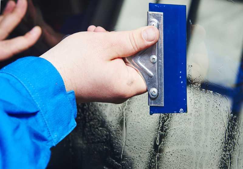 Монтаж светоотражающей защитной пленки на оконное стекло