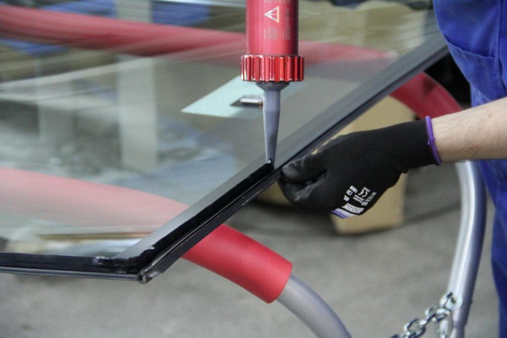 Нанесение автомобильного герметика на стекло